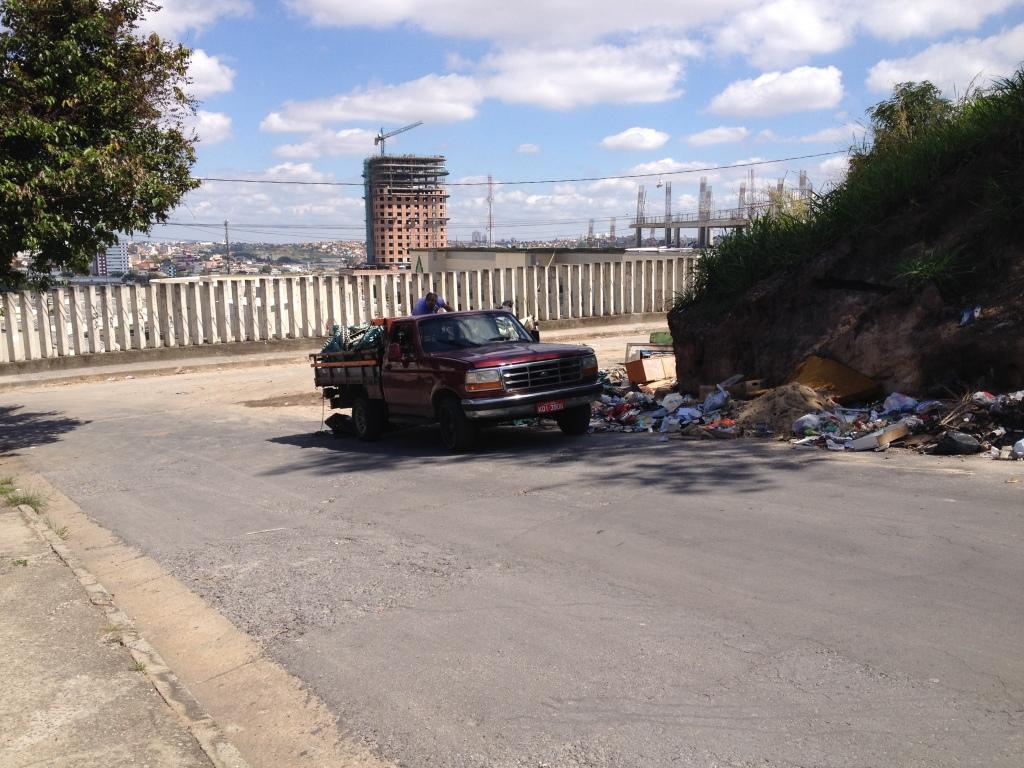 Caminhão depositando lixo no lixão clandestino no bairro União