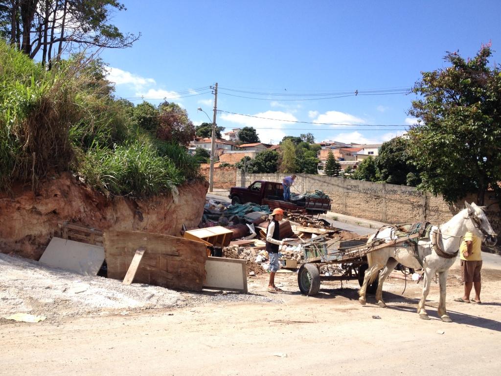 amontoado de lixo, descartes de construção, na rua Enoy, bairro União