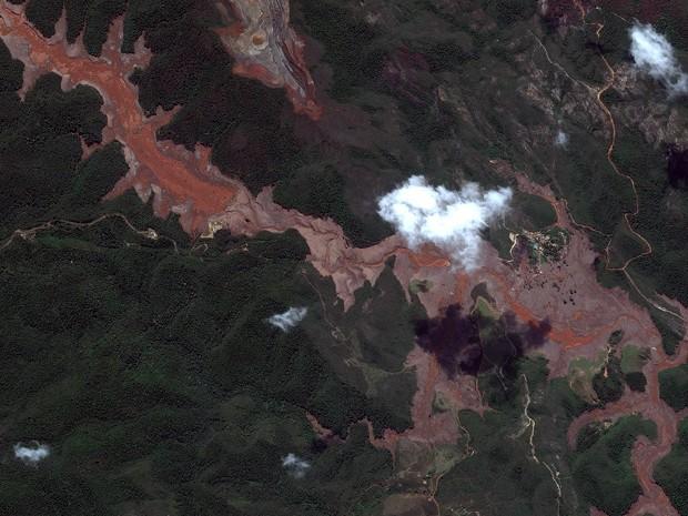 Imagem de satélite mostrando a área atingida pela lama em Mariana. / Foto:  Globalgeo Geotecnologias, retirada do portal G1
