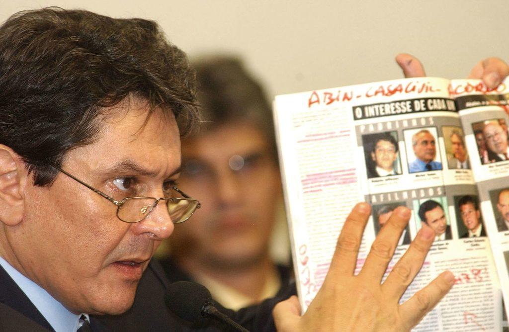 Fonte: Agência Brasil - Deputado Roberto Jefferson depõe na CPMI dos Correios, no Senado, em 2005. Foto: Wilson Dias/ABr.