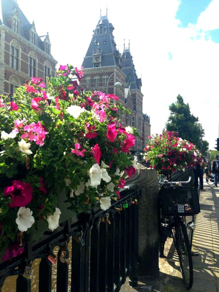 Ponte florida sobre canal de Amsterdam. | Foto: Marina Borges